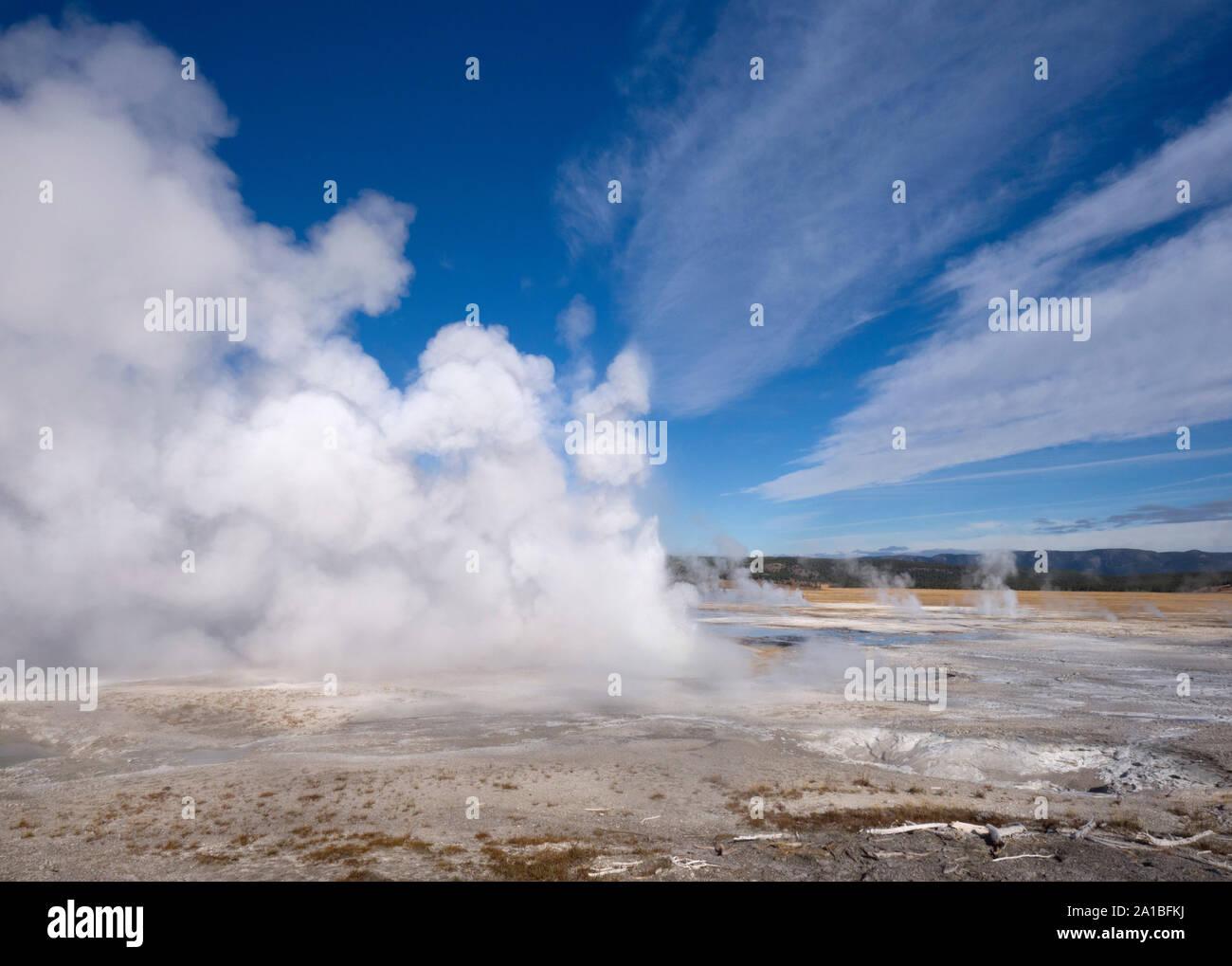 Hot Springs en erupción, Midway Geyser Basin, el Parque Nacional Yellowstone, Wyoming, EE.UU. Foto de stock
