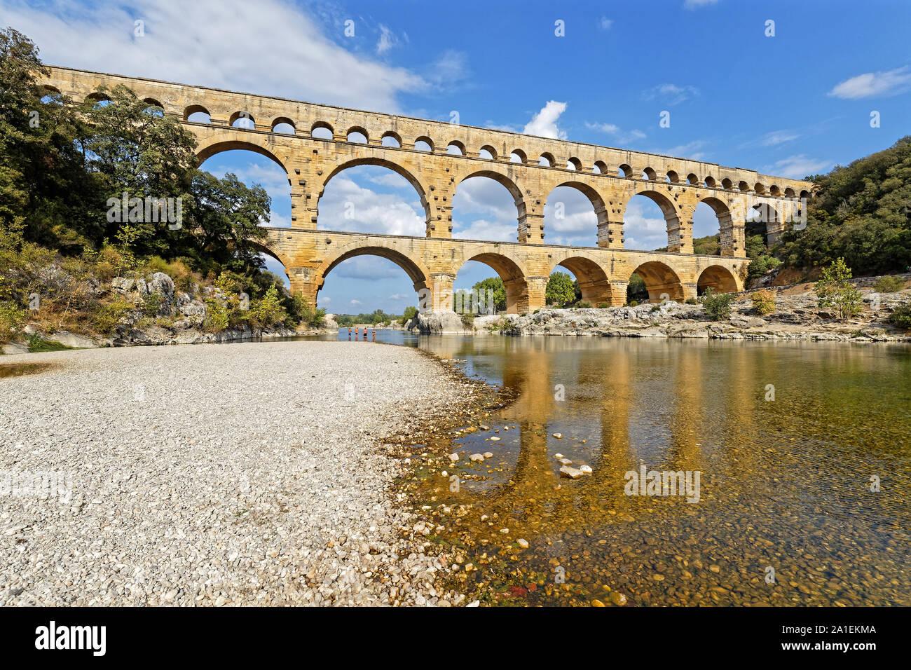En Remoulins, Francia, 20 de septiembre de 2019 : El Pont du Gard, el mayor puente acueducto romano, y una de las más preservadas, fue construido en la primera centu Foto de stock