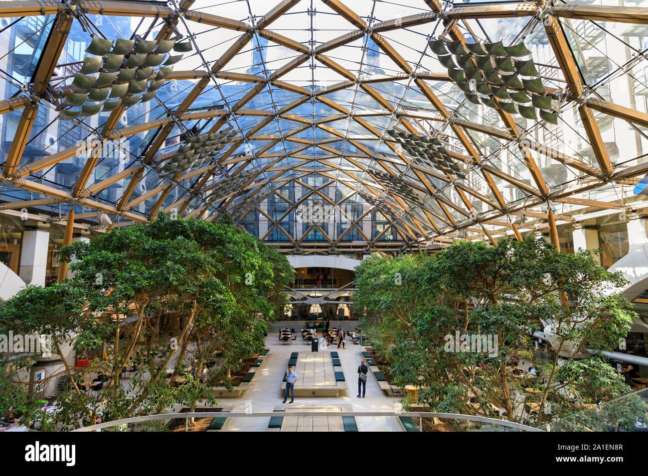 Vista desde el interior, el patio y la estructura de cristal del techo Portcullis House por Hopkins Architects, parte de la finca parlamentario en Westminster, Londres. Foto de stock