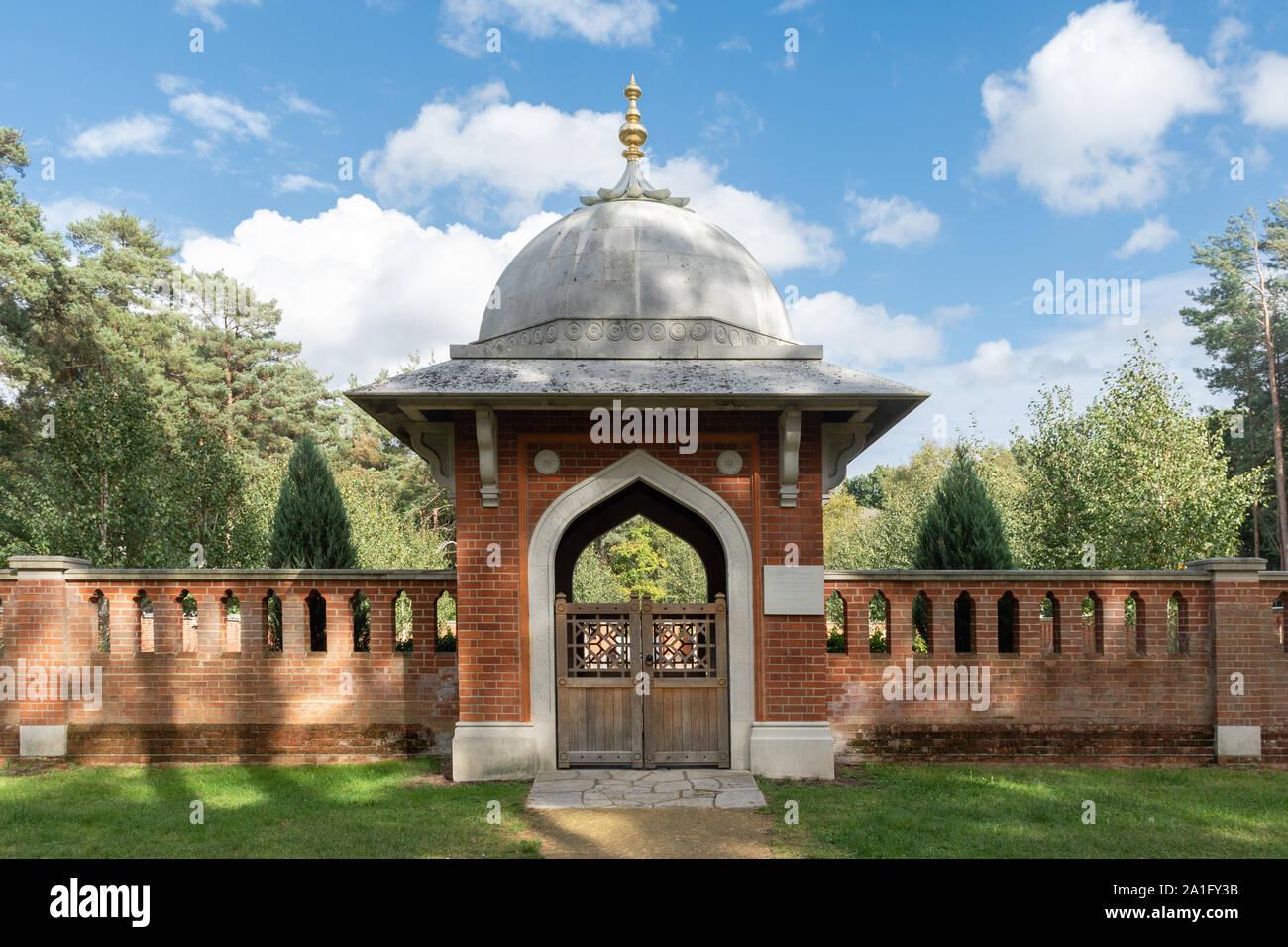 Woking cementerio musulmán y Jardín de Paz, cementerio de guerra histórico en Surrey, Reino Unido. Arcada abovedada a la entrada del jardín. Foto de stock