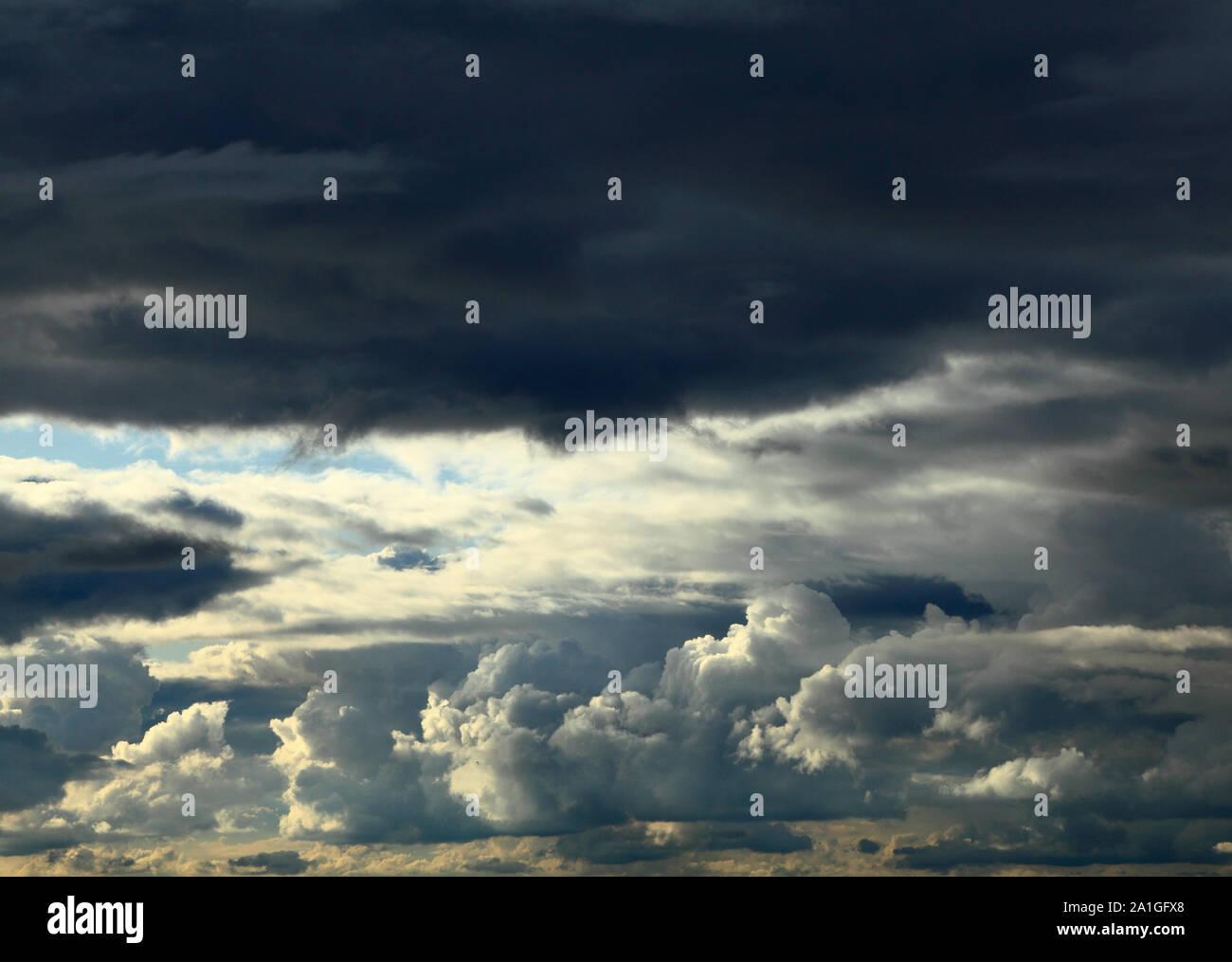 Oscuro, nubes, nubes, cielo tormentoso, cielos, formación, rodamiento de lluvia, amenazando, meteorología Foto de stock