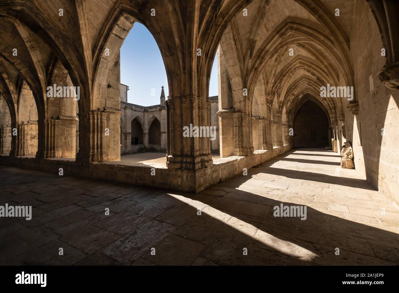 Los claustros en Beziers Catedral de Saint-Nazaire y Saint Celse. Monumento gótico construido en el lugar de la matanza por la cruzada Albigense Foto de stock