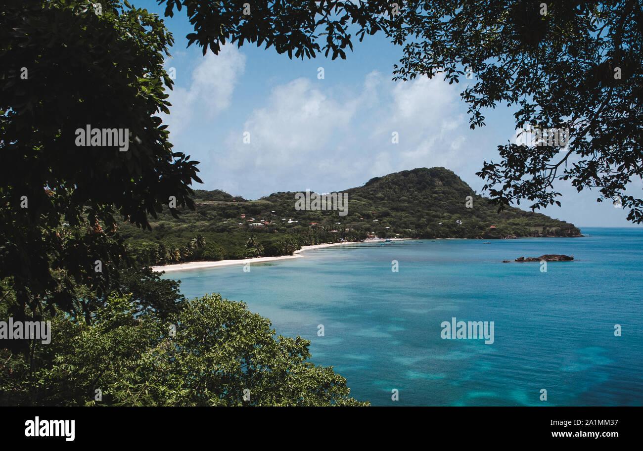 Aguas turquesas alrededor de la costa de la Bahía Suroeste en Isla de Providencia, una isla en la región caribeña de Colombia Foto de stock
