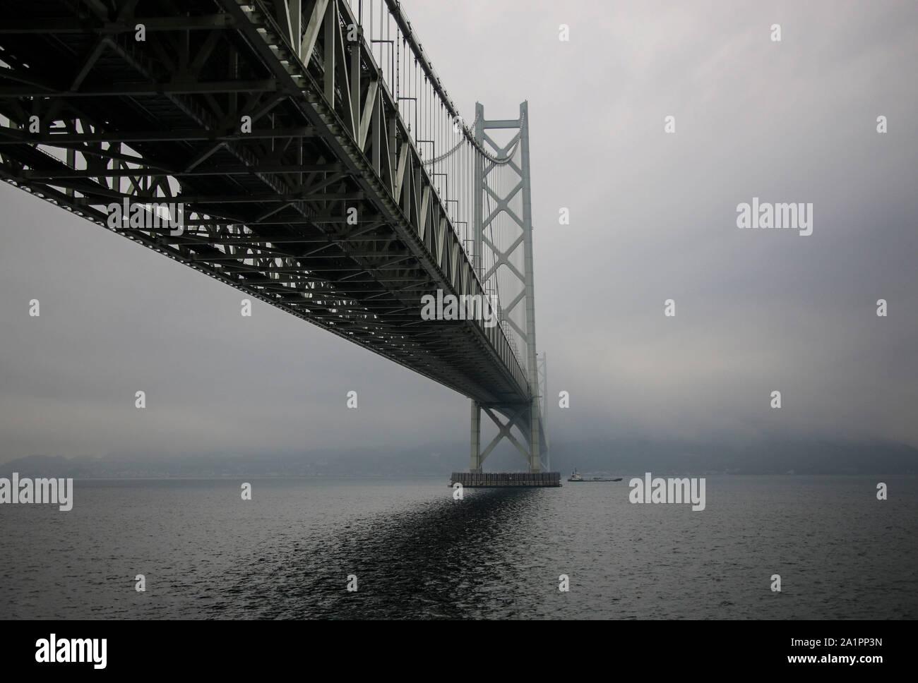 Puente Akashi Kaikyo spanning el Mar Interior de Seto desde Awaji Island a Kobe, Japón. Foto de stock