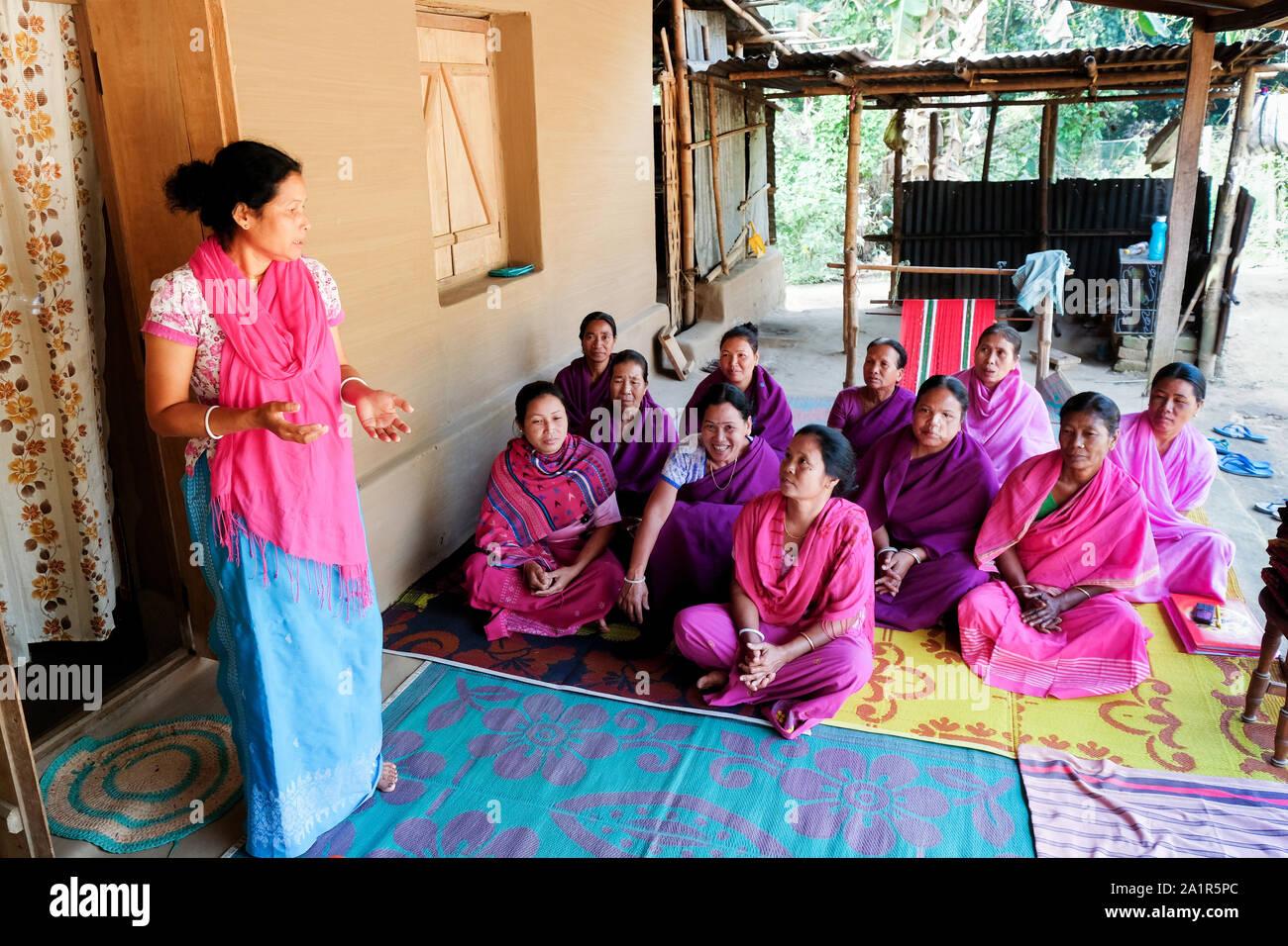 Las mujeres han formado un grupo de autoayuda para ser económicamente más independientes. Bagbari Village, en el estado de Tripura, al noreste de la India Foto de stock
