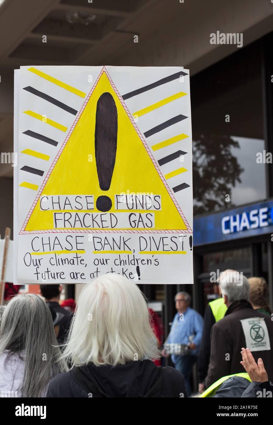 Activistas climáticos realizar un troquel en Chase Bank en Eugene, Oregon, USA. Foto de stock