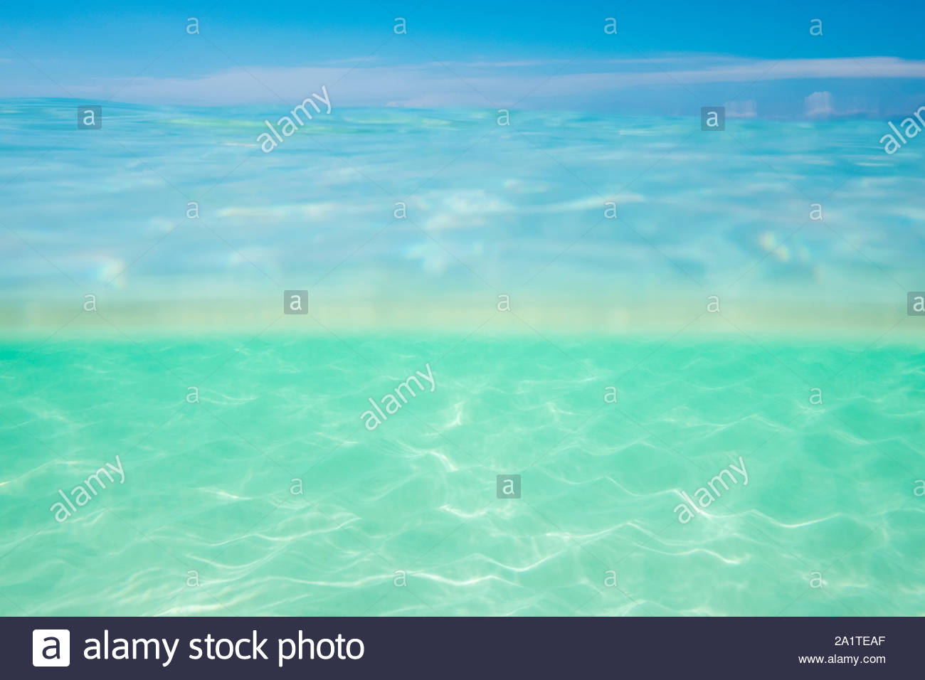 Split over-under-vista de claras aguas del océano y el cielo azul, la isla de Boracay, provincia de Aklan, Visayas Occidental, Filipinas Foto de stock