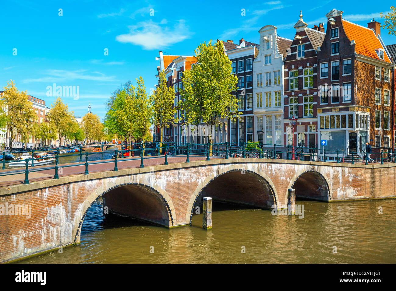La pintoresca ubicación turística y de viajes. Hermosos canales de agua y ríos con espectaculares edificios tradicional holandés, Amsterdam, Países Bajos, E Foto de stock