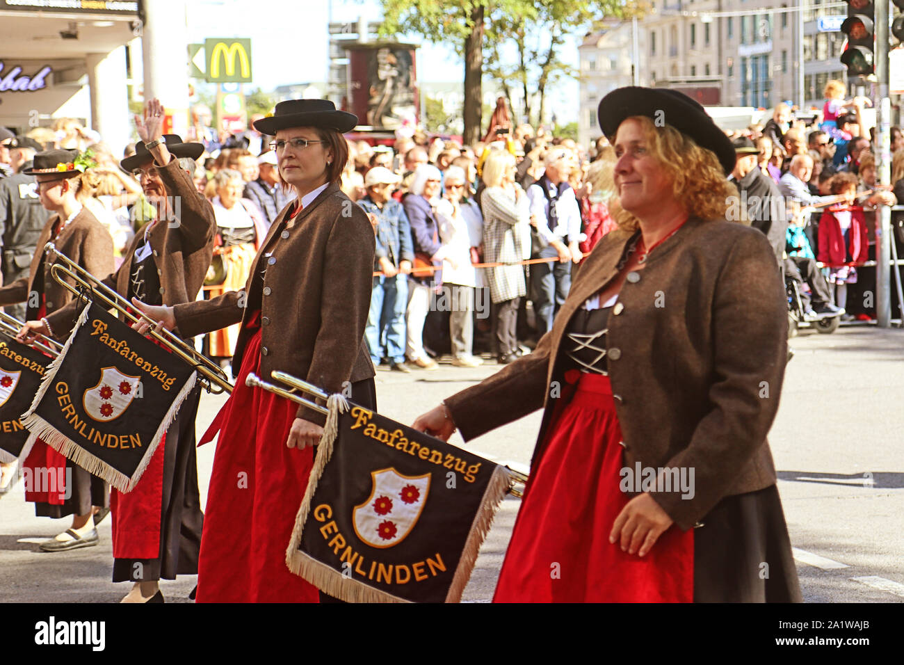 MUNICH, Alemania - 22 de septiembre de 2019 la gran entrada de la Oktoberfest, terratenientes y cervecerías, festivo desfile de carrozas decoradas magnífico y prohibir Foto de stock