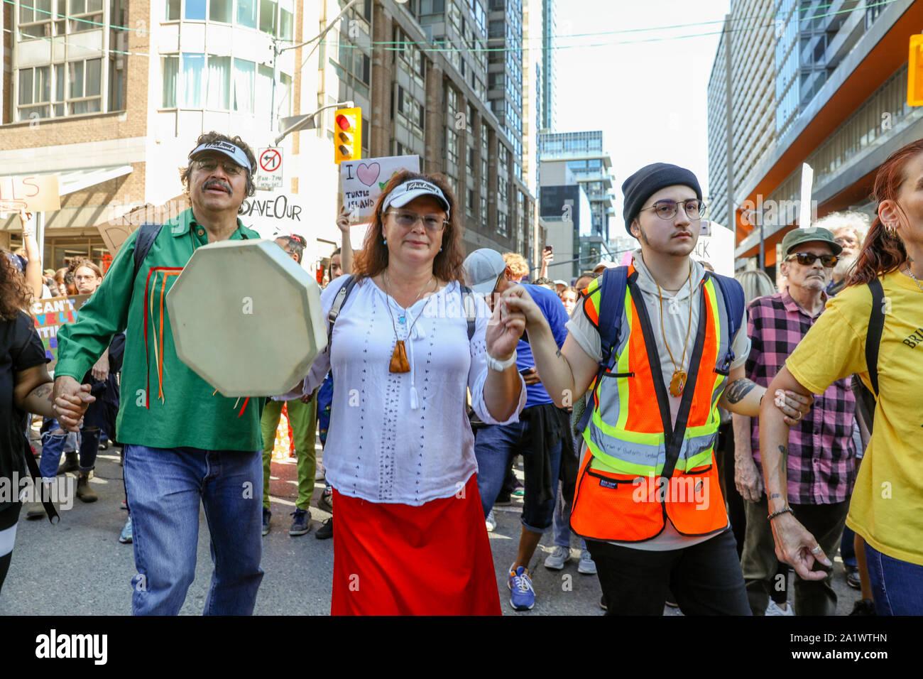 TORONTO, Ontario, Canadá - 27 de septiembre de 2019: 'Viernes' para el futuro cambio climático protesta. Miles de personas marchan con signos. Foto de stock