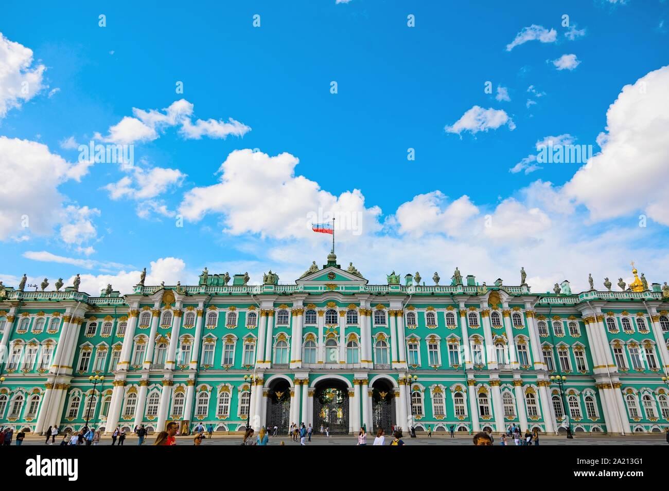 San Petersburgo, Rusia - Julio 8, 2019: Los turistas en el Museo del Hermitage en la plaza del palacio Foto de stock