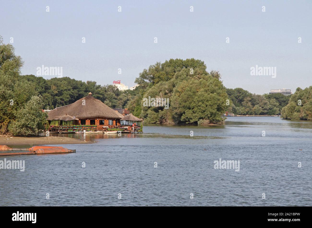 Vista de la entrada a Veliko Ratno Ostrvo (Gran Guerra Island) en la confluencia de los ríos Danube-Sava, Belgrado, Serbia. Foto de stock