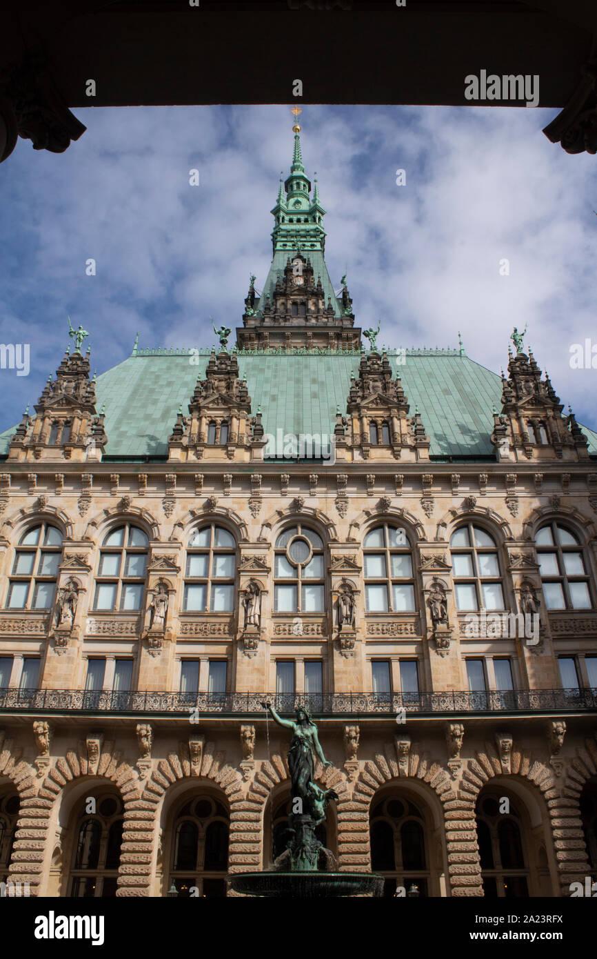 El Rathaus, el Ayuntamiento de Hamburgo, la sede del gobierno local de la Ciudad Libre y Hanseática de Hamburgo, Alemania Foto de stock