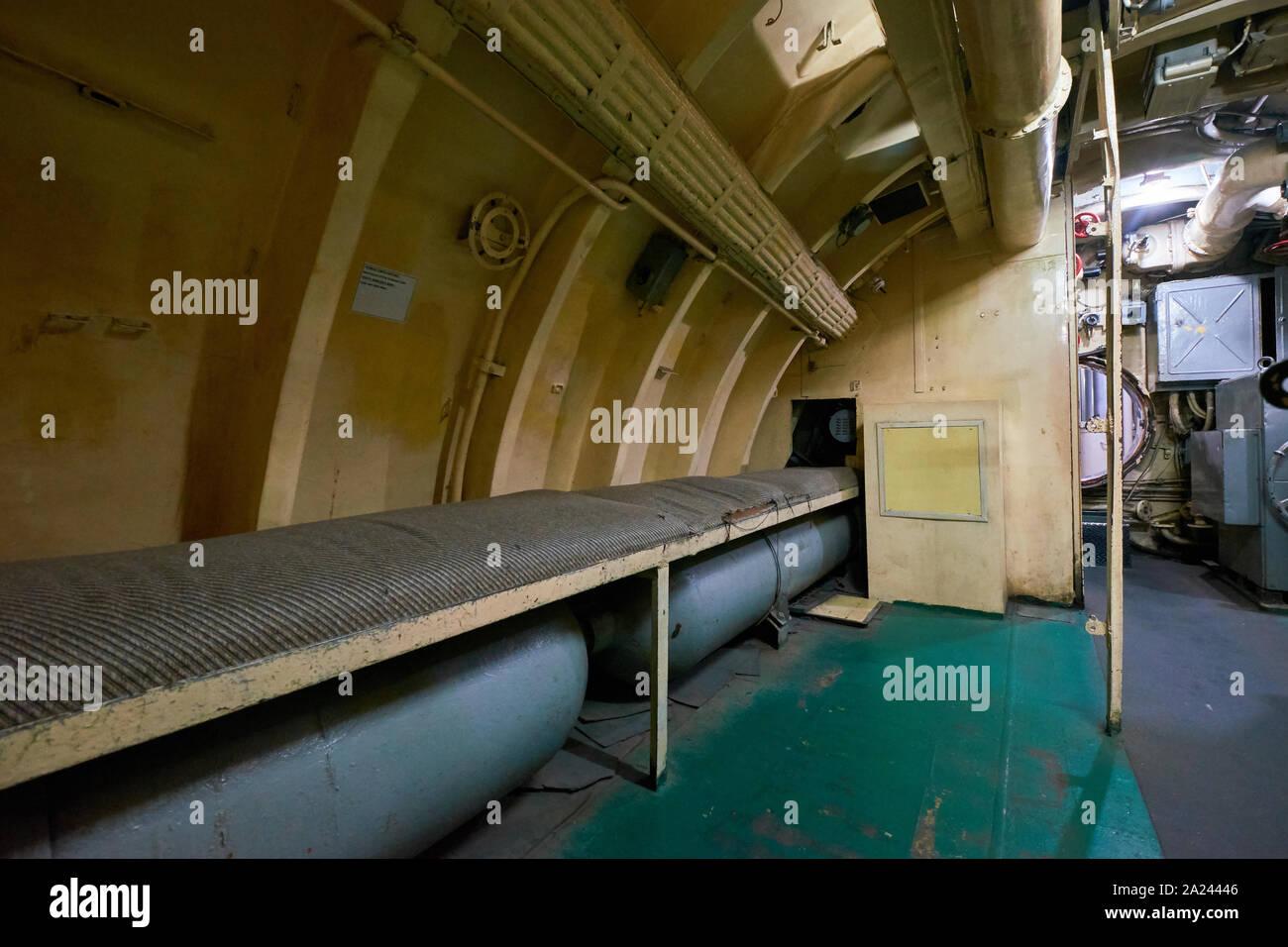 Los hombres alistados dormir área de la WWII era Pasopati submarino ruso. El submarino fue proporcionada a Indonesia durante su lucha por la independencia. En S Foto de stock