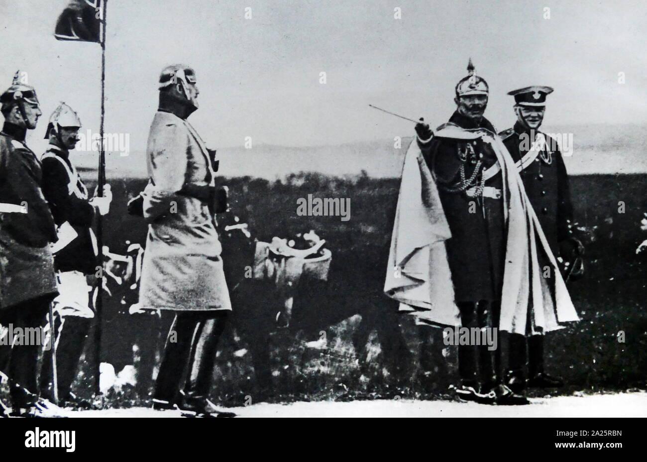 Sir Winston Churchill (1874 - 1965), político británico con el Kaiser Wilhelm II de 1908. Churchill fue Primer Ministro del Reino Unido desde 1940 hasta 1945, cuando él condujo a Gran Bretaña a la victoria en la Segunda Guerra Mundial, y nuevamente desde 1951 hasta 1955. Foto de stock