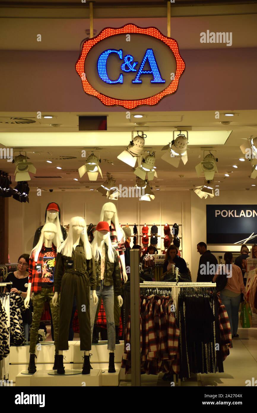 El Logotipo De C C En Una Tienda Con Los Clientes En El Centro De Praga C A Es Una Cadena Internacional De Tiendas De Moda Tiendas De Ropa Fotografia De Stock Alamy