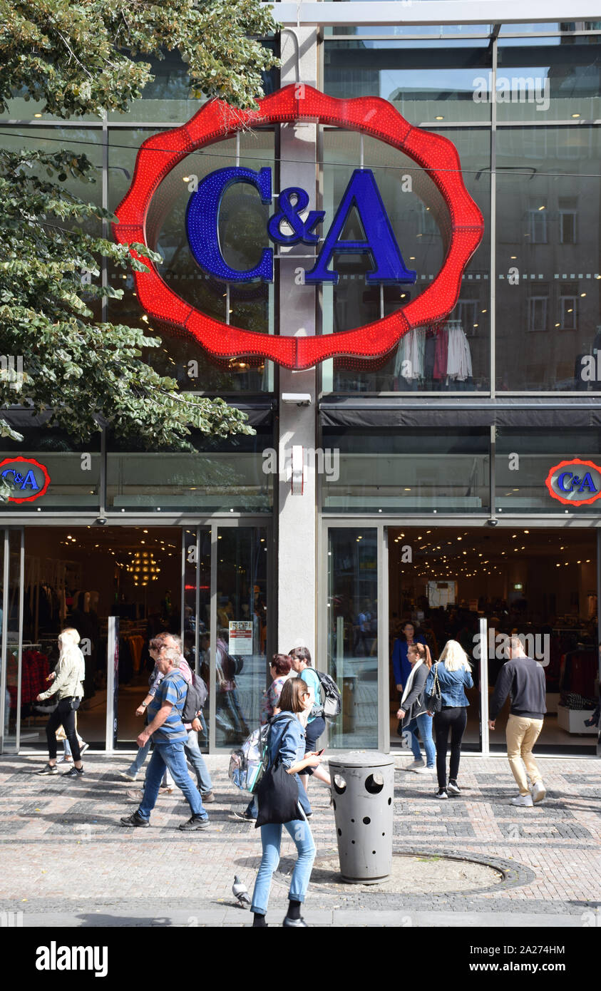 El Logotipo De C A En Rojo Y Azul En Un Escaparate Con La Gente De Compras C A Es Una Cadena Internacional De Tiendas De Moda Tiendas De Ropa Fotografia De Stock