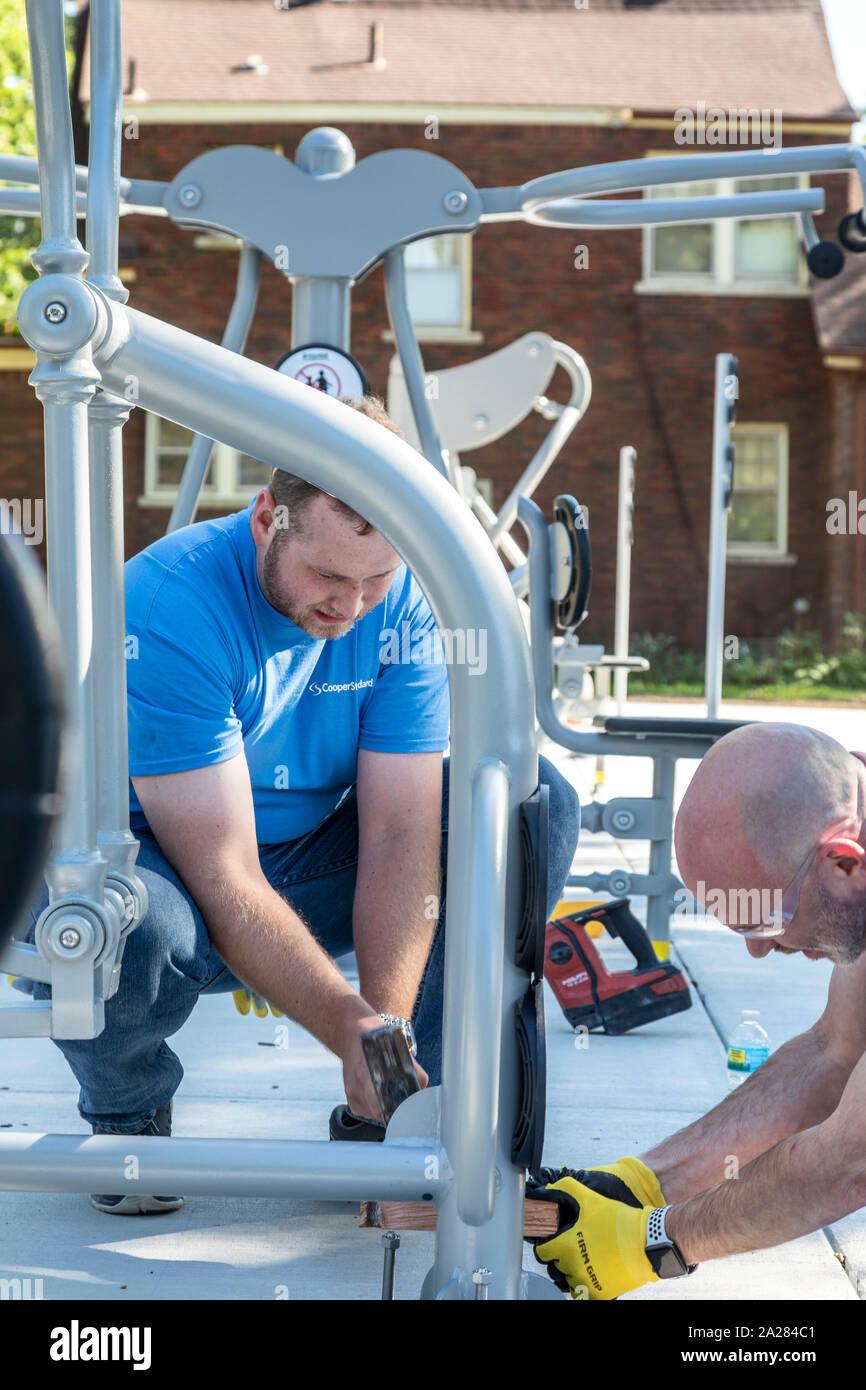 Detroit, Michigan - Voluntarios de Cooper Standard instalar equipos para hacer ejercicio en una nueva comunidad de Morningside Park en el barrio. Foto de stock