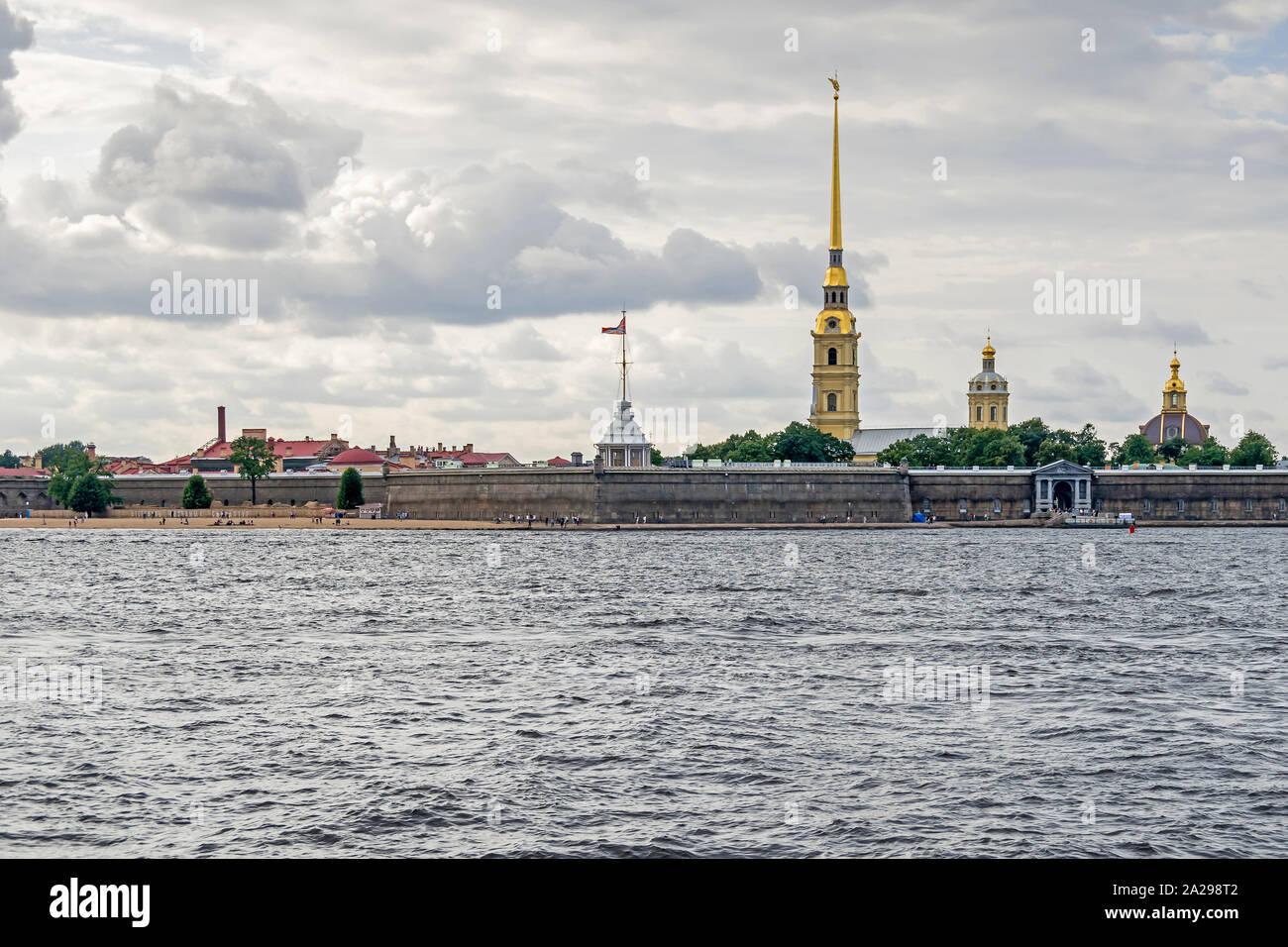 San Petersburgo, Rusia - Julio 25, 2019: la isla de liebre en la ribera norte del río Neva y la fortaleza de San Pedro y san Pablo, la ciudadela original Foto de stock