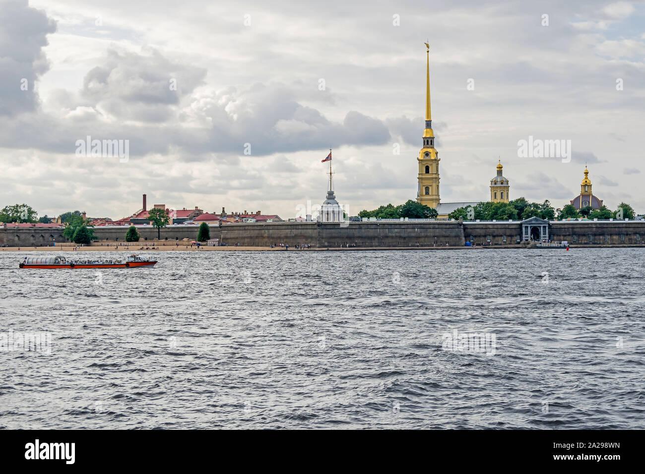 San Petersburgo, Rusia - Julio 25, 2019: la isla de liebre en la ribera norte del río Neva con su playa pública, la ciudadela original de San Pedro y san Pablo Foto de stock