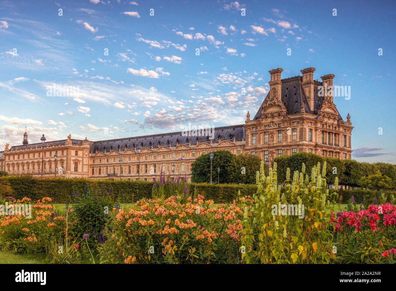 El Louvre y el jardín de las Tullerías Foto de stock