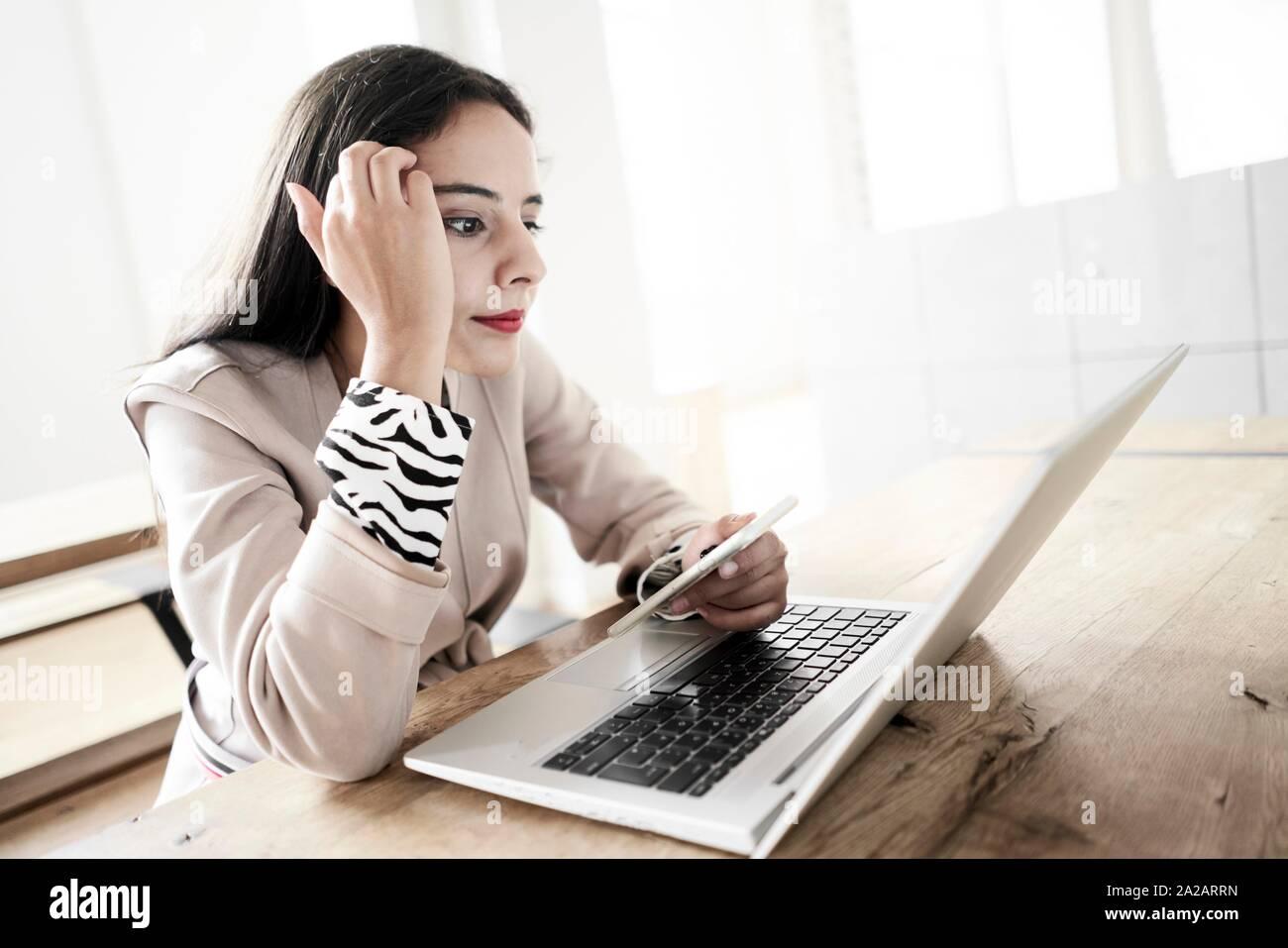 Mujer trabajando con un portátil Foto de stock