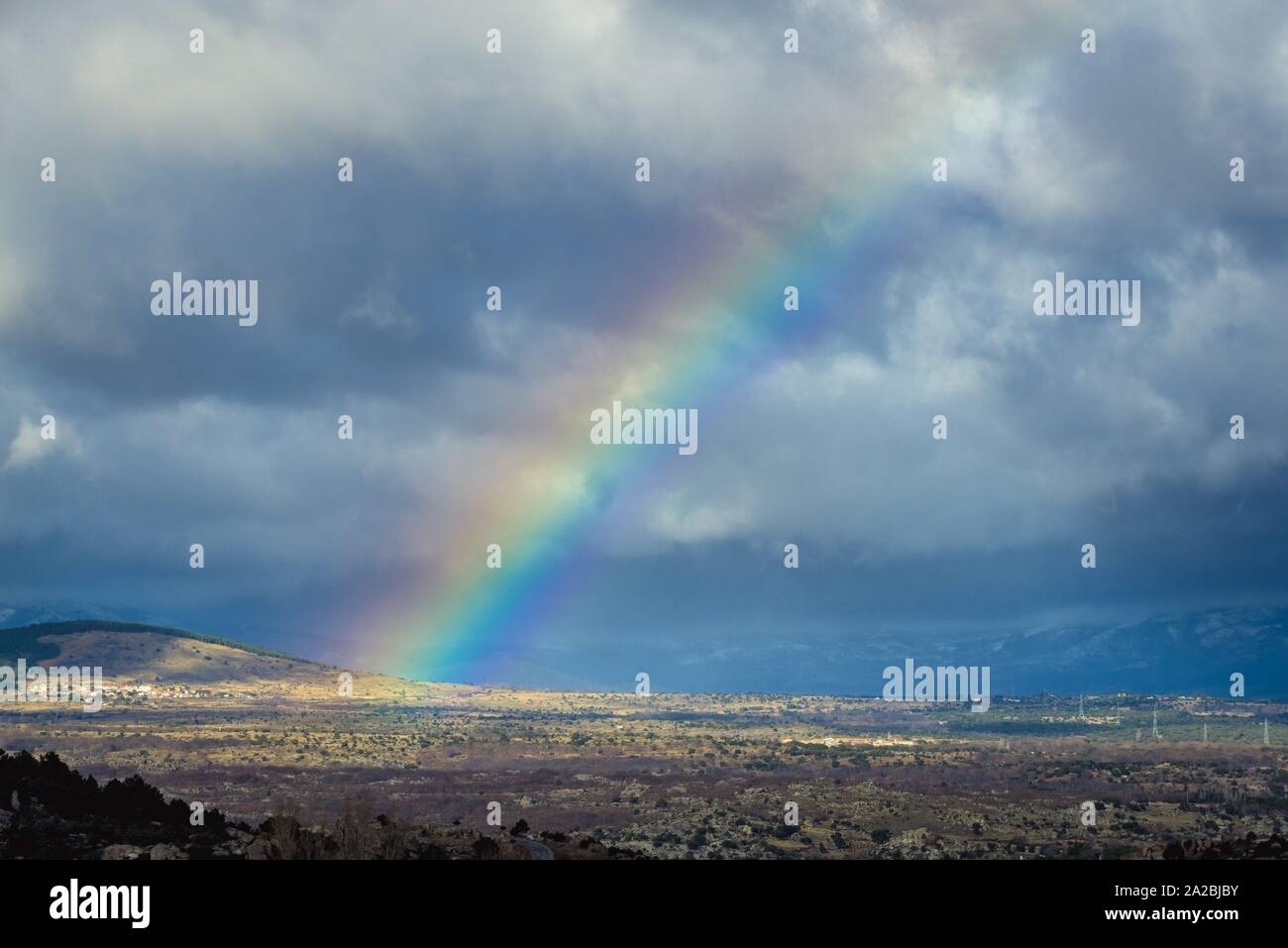 Rainbow visto desde la autovía del Norte de la autopista A1 en España. Foto de stock