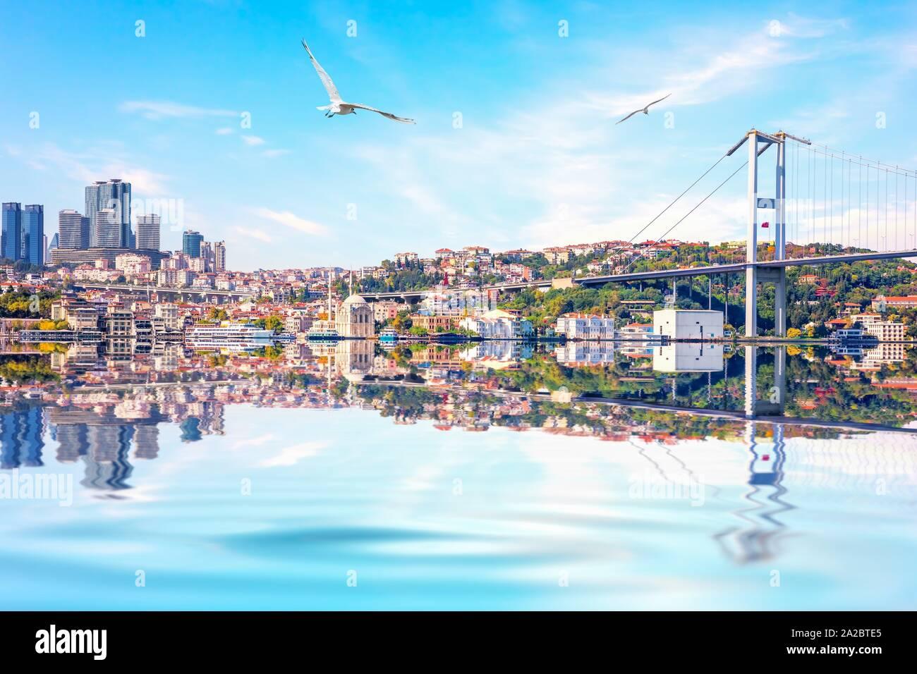 El puente del Bósforo, la mezquita de Ortakoy y skyscrappers sobre los antecedentes, en Estambul. Foto de stock