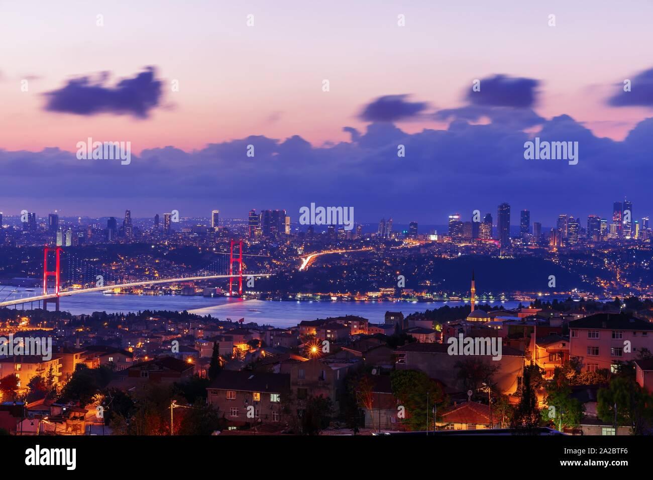 La noche, la vista sobre el puente del Bósforo Sisli y Besiktas distritos de Estambul, Turquía. Foto de stock