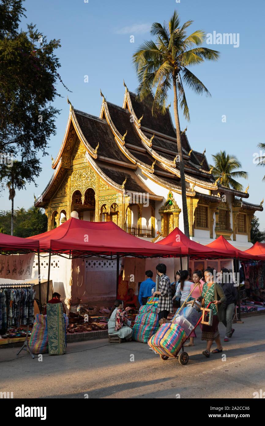 Configurando el mercado nocturno junto a Sisavangvong con Wat Ho Pha Bang templo budista, Luang Prabang, en la provincia de Luang Prabang, en el norte de Laos, Laos, por lo que Foto de stock