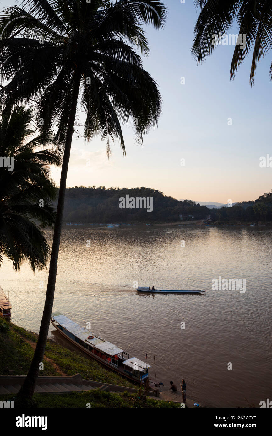 Atardecer en el río Mekong, Luang Prabang, en la provincia de Luang Prabang, en el norte de Laos, Laos, Sudeste de Asia Foto de stock