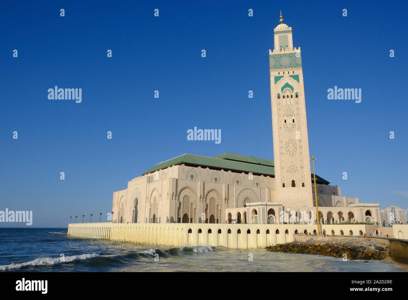 Marruecos Casablanca Mezquita de Hassan II vista desde el oeste waterside Foto de stock