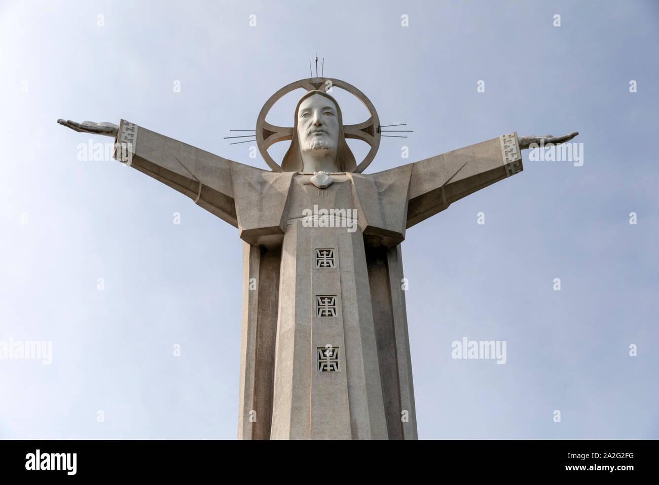 La escultura más grande de Jesucristo en el mundo o la cima de una montaña en Vung Tau, Vietnam Foto de stock