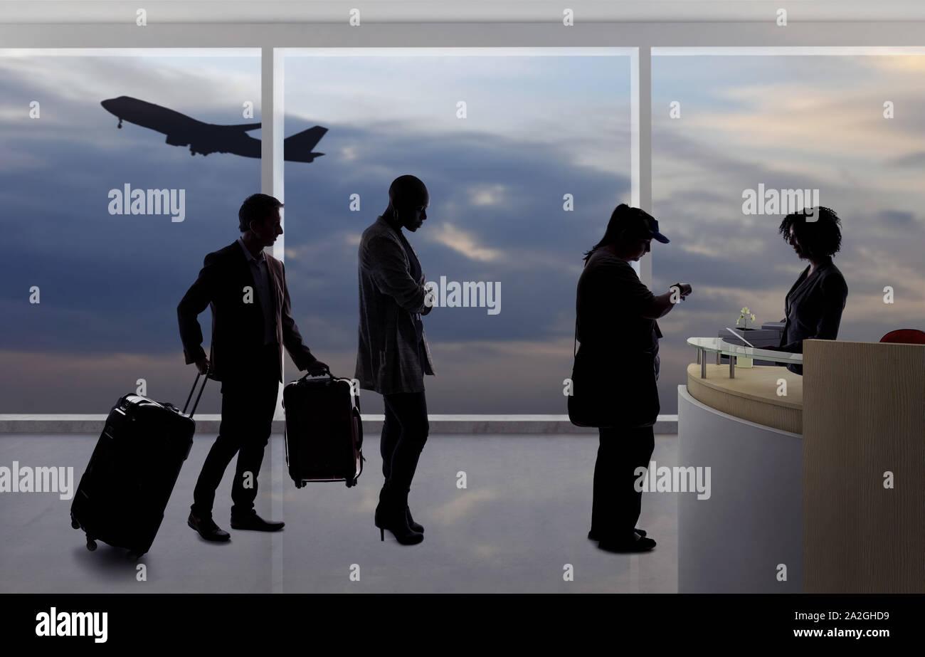 Siluetas de pasajeros esperando en línea en el mostrador de