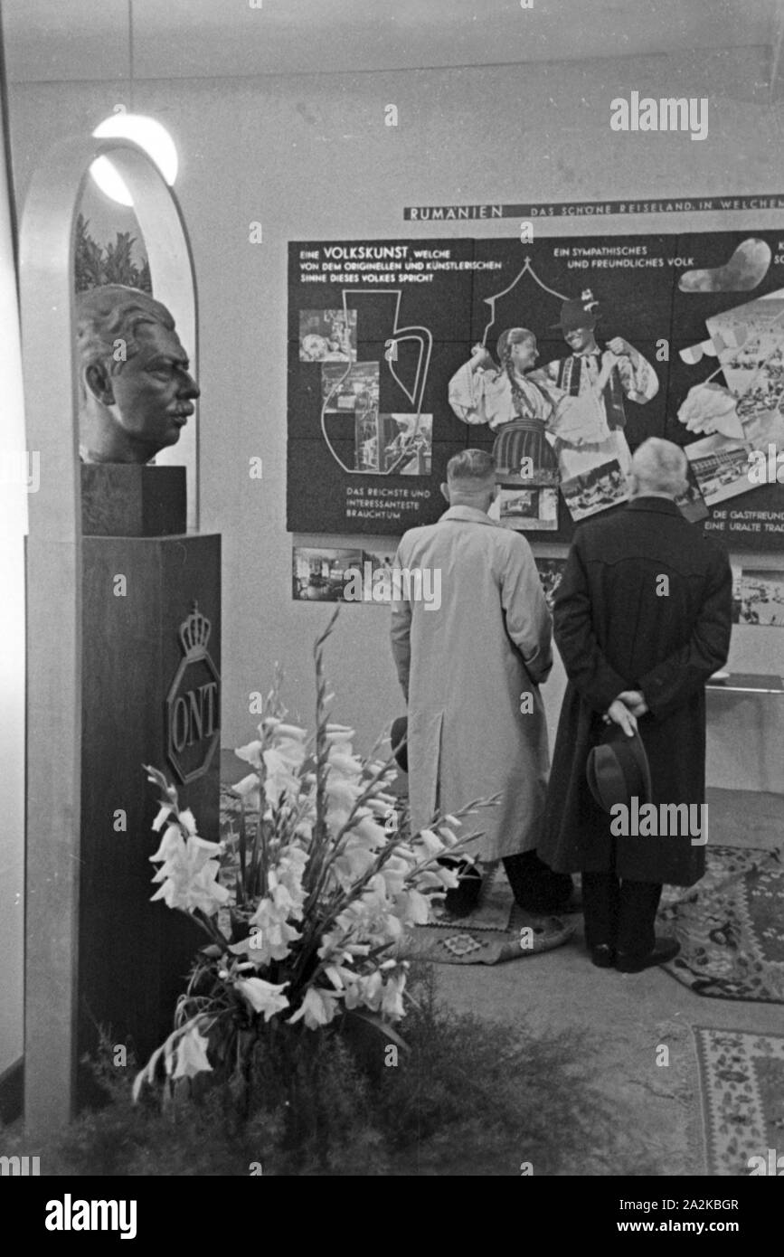 Soy Messestand Besucher von Rumänien auf der Messe Leipzig, Deutschland 1940er Jahre. Los visitantes al stand de Rumania en la feria de Leipzig, Alemania 1940. Foto de stock
