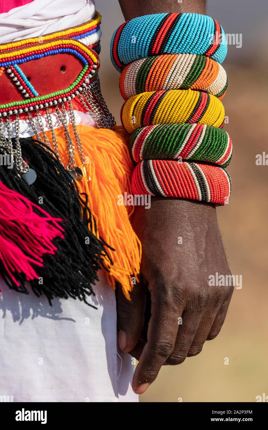Abalorios pulseras y cintura desgastada por tribesman Samburu, Kenia Foto de stock