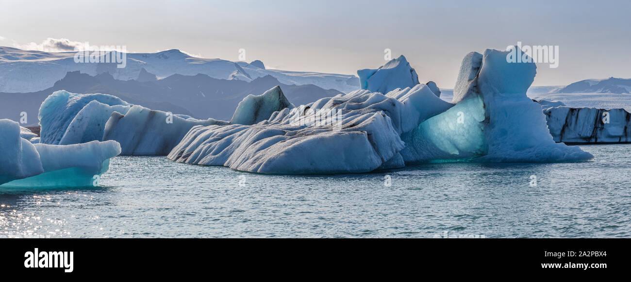 Témpanos flotantes en la Laguna glaciar Jokulsarlon, Islandia Foto de stock