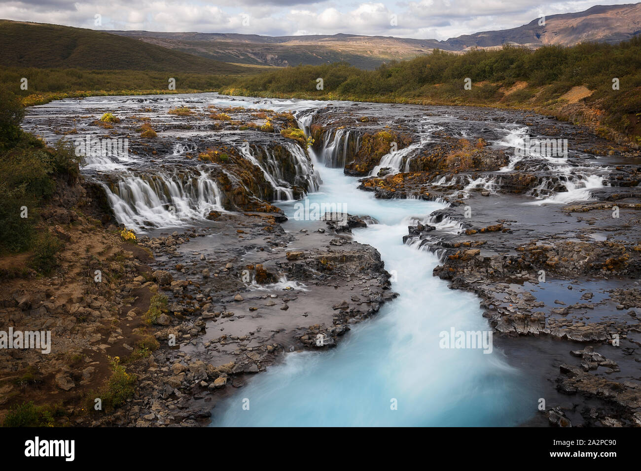 Hermosa Cascada Bruarfoss turquesa, Islandia Foto de stock