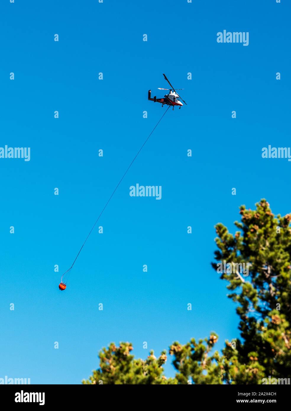 Kaman K-MAX; K-1200; el helicóptero con rotores intercalados; synchropter; llevar agua para la lucha contra los incendios forestales Decker, cerca de la salida, Colorado, EE.UU. Foto de stock