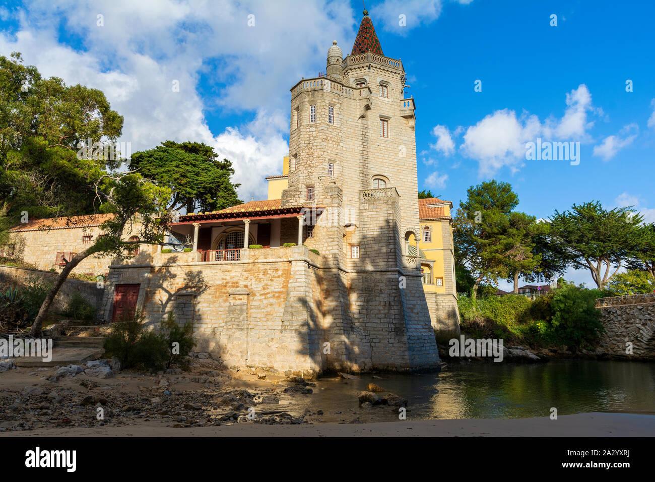 Vista de los Condes de Castro Guimaraes Palace en Cascais, centro turístico costero y pueblo pesquero en Portugal Foto de stock