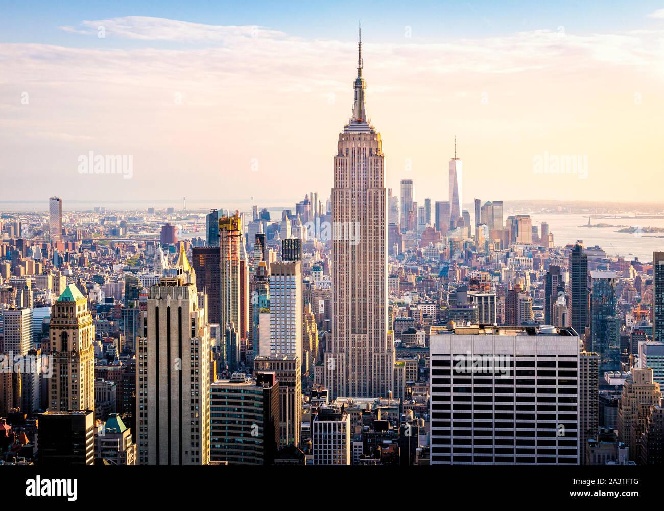 El Empire State Building torres por encima de Manhattan en la Ciudad de Nueva York, EE.UU. Foto de stock
