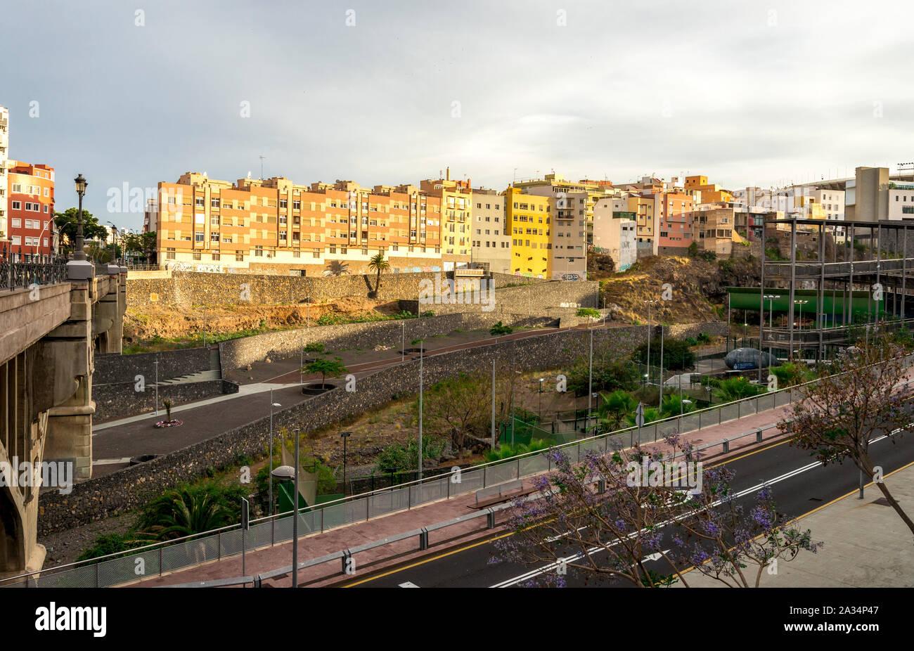Una vista desde el puente que cruza el Barranco de Santos de la división del centro de la ciudad de Santa Cruz de Tenerife, Islas Canarias, España Foto de stock