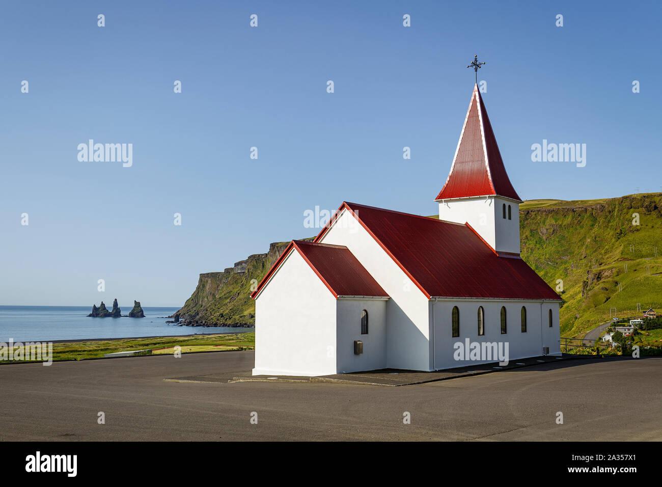 Iglesia con vistas Vik, al sur de Islandia Foto de stock