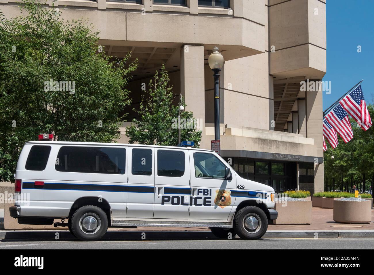 Vehículo fuera del policía del FBI J Edgar Hoover, el edificio del FBI, la Pennsylvania Avenue, Washington DC, EE.UU. Foto de stock