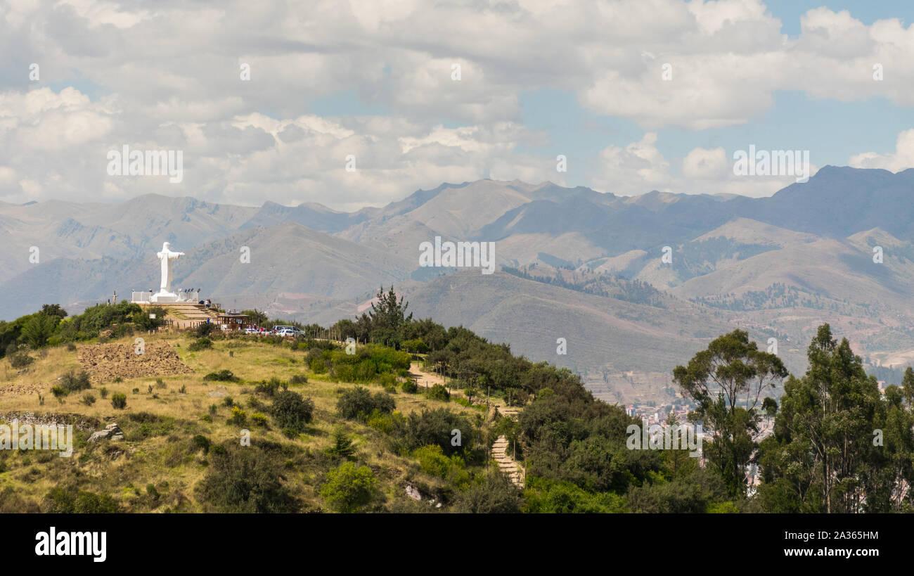 Cusco, Perú - 05/24/2019: la gigantesca estatua de Cristo encaramado sobre la ciudad del Cusco, Perú a continuación. Foto de stock