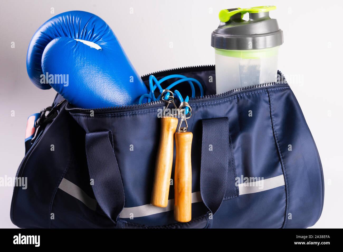 Kit fitness activo para el boxeo, guantes de boxeo, galopante, vendas para las manos, la tapa sobre un fondo blanco, vista superior Foto de stock