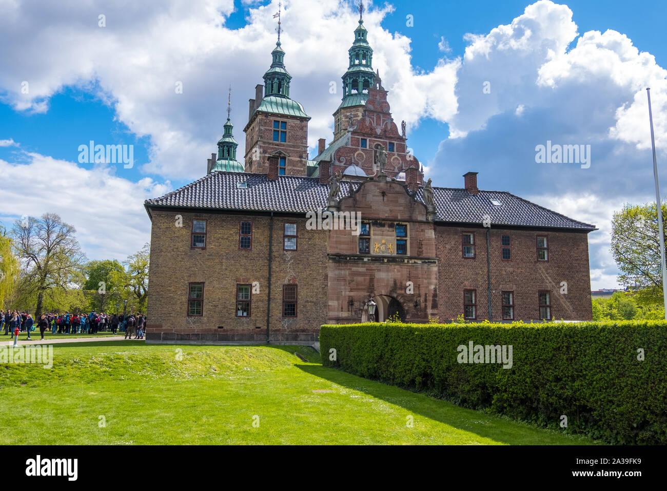 Copenhague, Dinamarca - Mayo 04, 2019: El castillo de Rosenborg y el Jardín del Rey en el centro de Copenhague, Dinamarca Foto de stock
