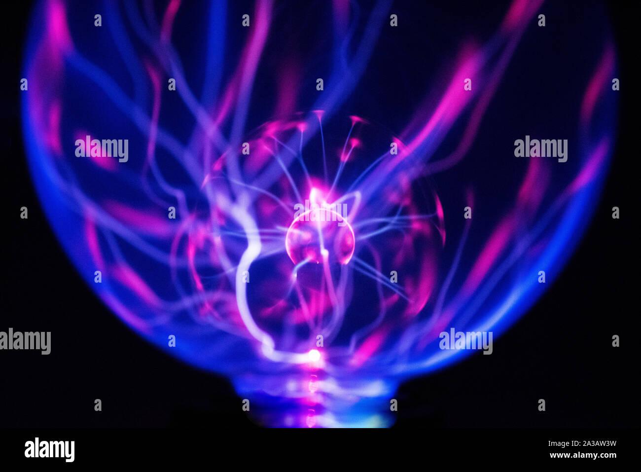 Bola de fuego eléctrico. Fotografía abstracta de ondas eléctricas. La electricidad estática - Stock Image Foto de stock