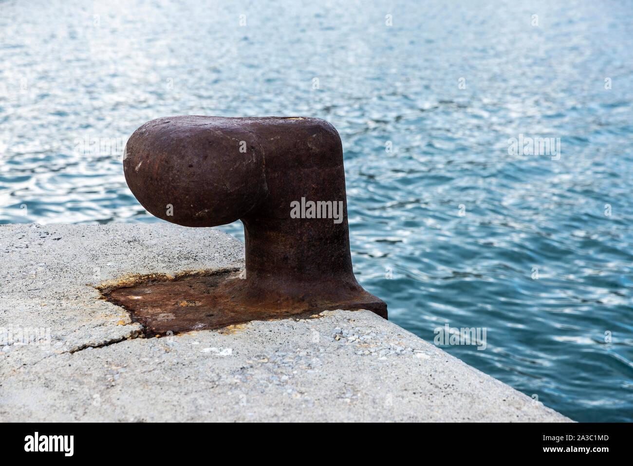 Metal oxidado viejo moorage en el puerto de Atenas, Grecia como fondo Foto de stock