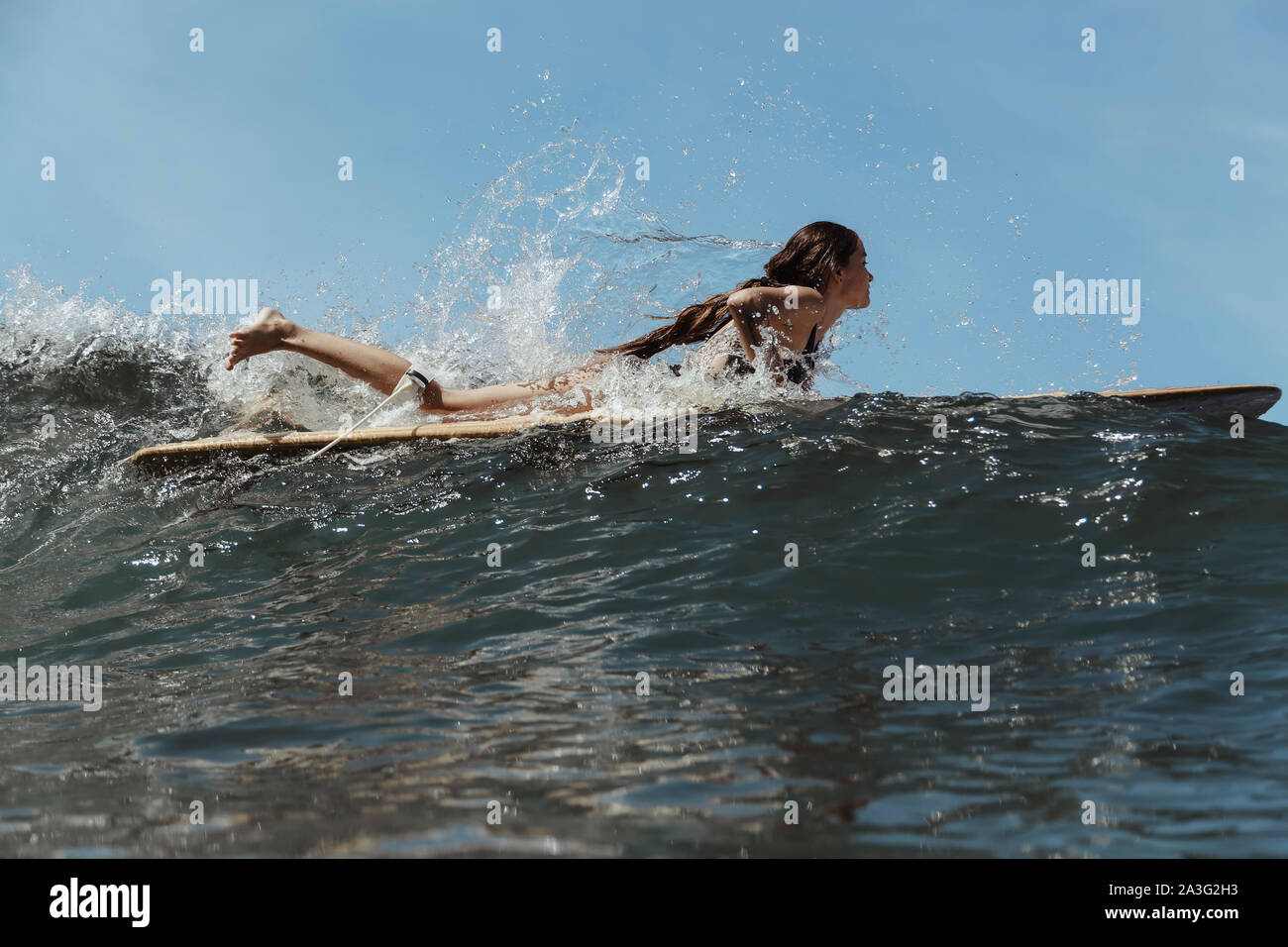 Chica en Ocean Surf Foto de stock